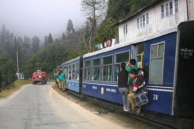 Collégiens sautant dans le Toy Train à Kurseong