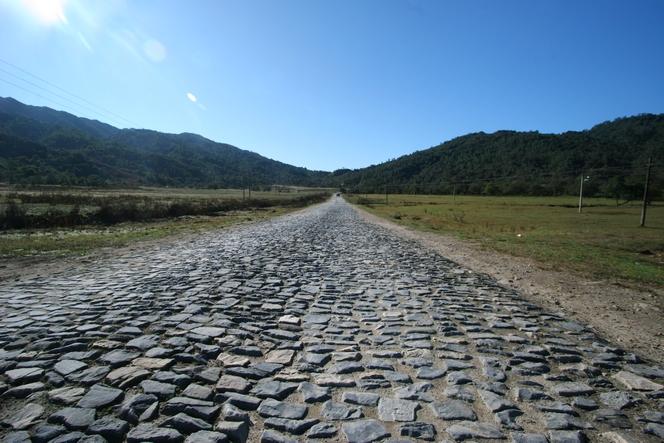 Longue route du Yunnan menant aux plantations de Pu Er.