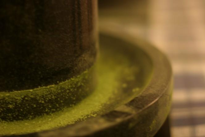 Le Matcha se broie dans une meule en pierre