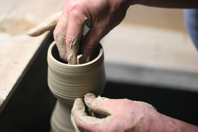 Maître-potier façonnant un bol à thé en raku.