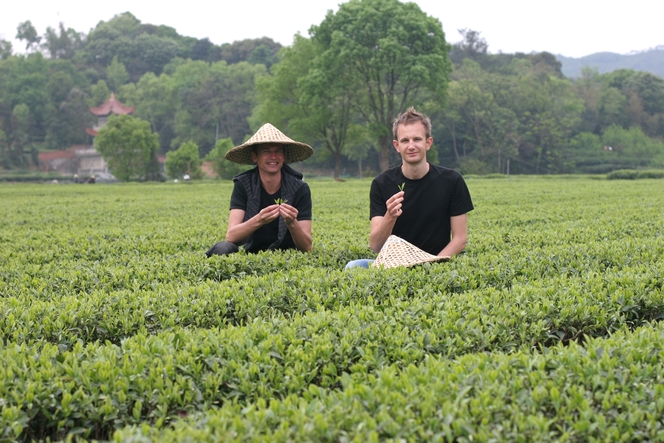 Mathias et moi dans les montagnes de thé en Chine.