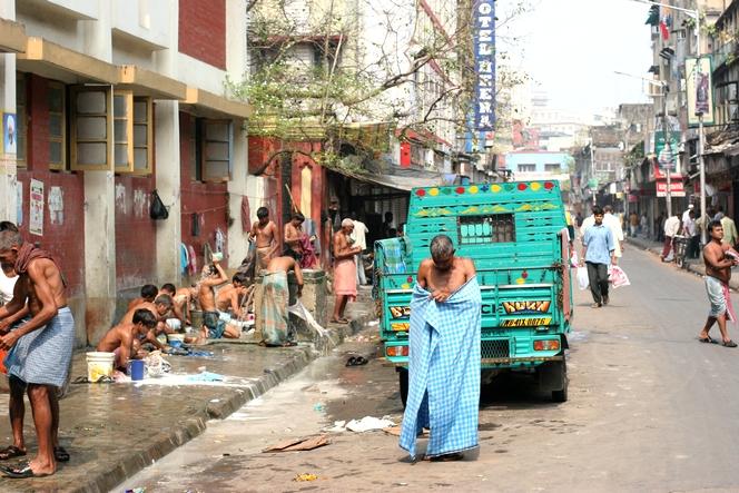 A Kolkata, on se retrouve au robinet public pour laver son linge ou faire sa toilette.