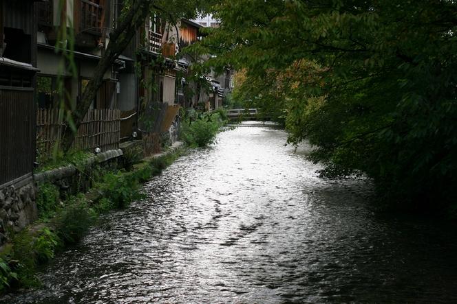 Petit ruisseau qui serpente le vieux Kyoto.