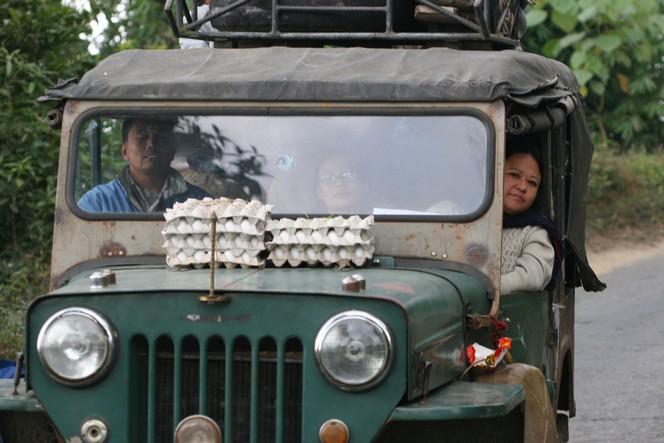 Boîte d'œufs posée sur un capot de Jeep à Darjeeling