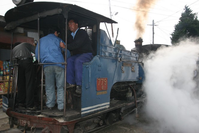 Le petit train de Darjeeling en pleine manœuvre