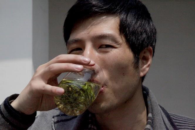 Le thé peut infuser directement dans le verre