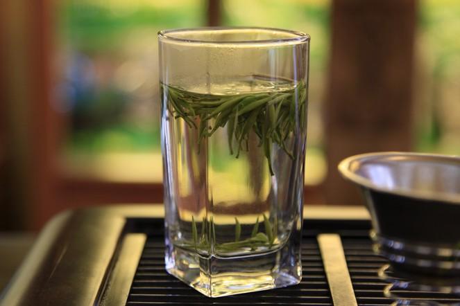 Servir le thé dans un verre