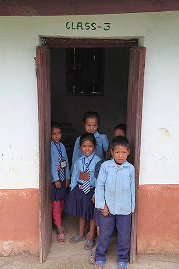 enfant de l'école au nepal