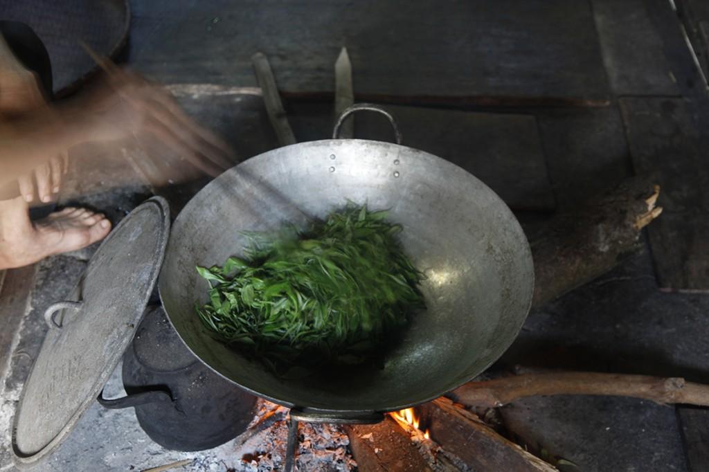 Thé dans un wok chez un Dao