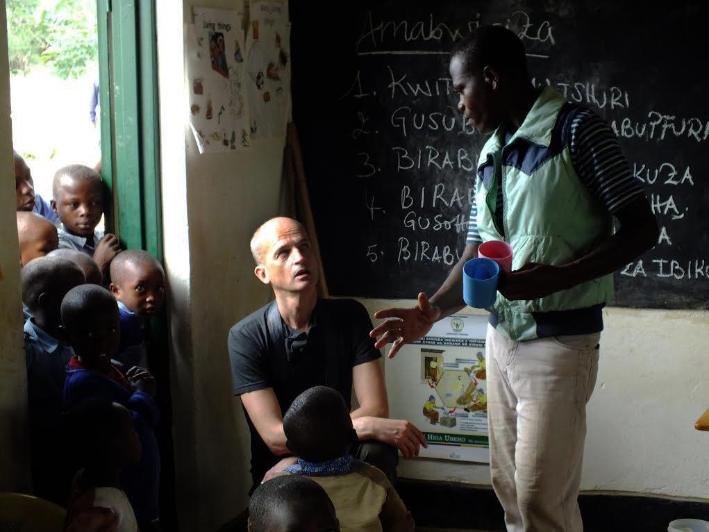 FX visite une école au Rwanda