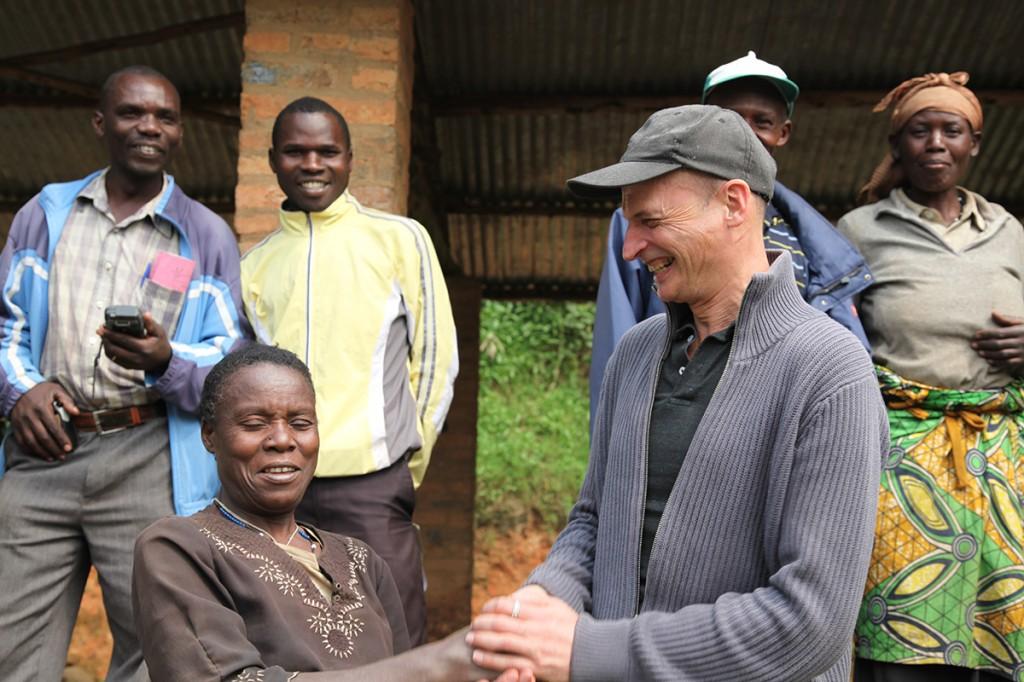 François-Xavier Delmas et les membres d'une plantation au Rwanda